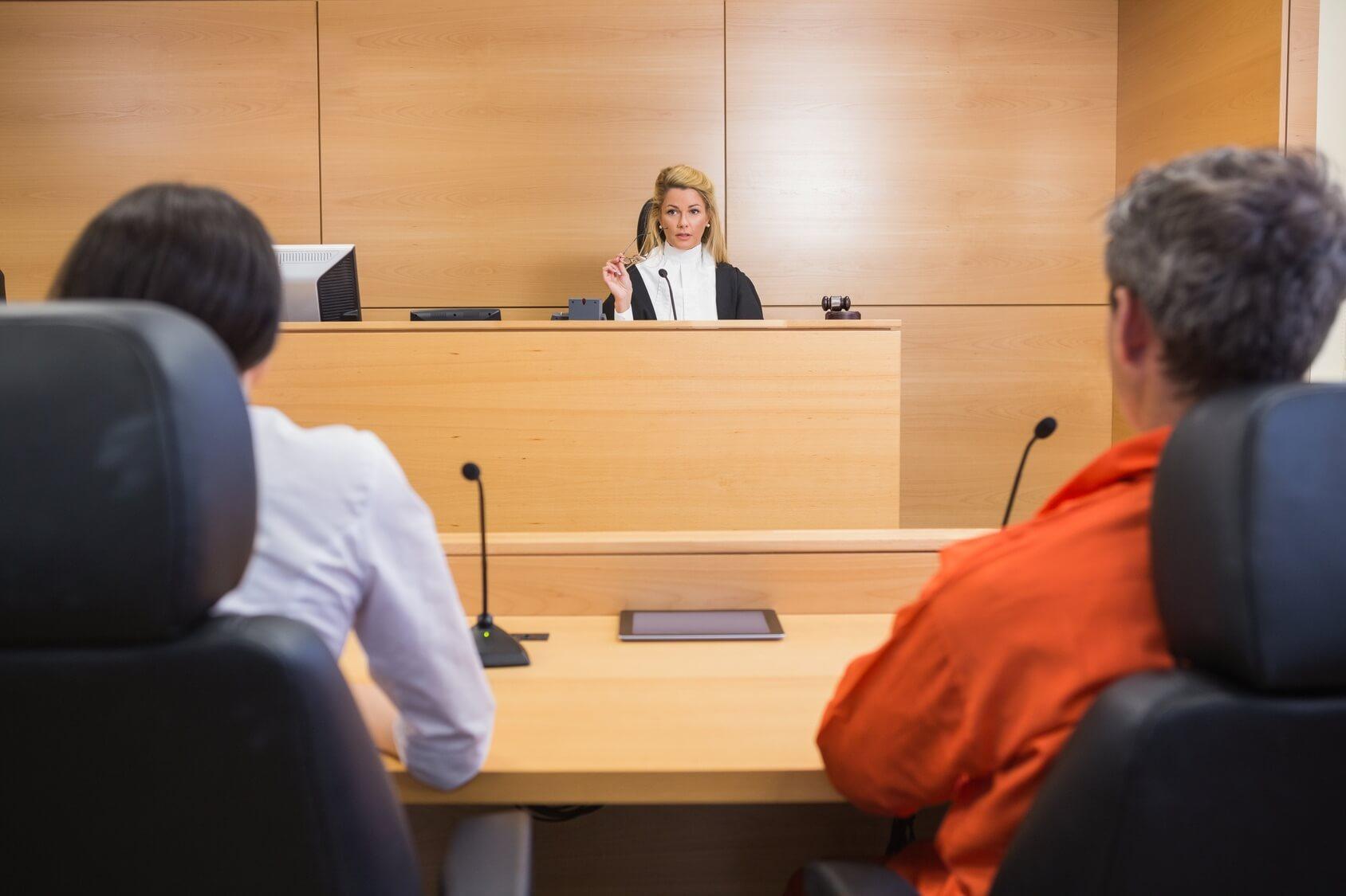 Juge rendant son verdict grâce à son marteau